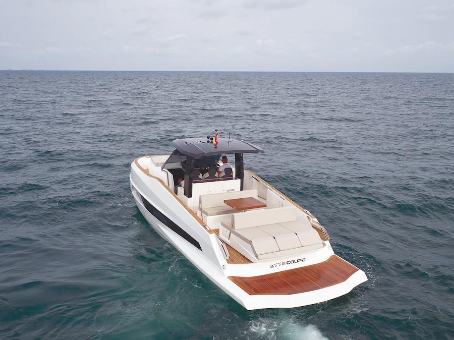 L'Astondoa 377 Coupé visto da poppa, dove si apre un'enorme spiaggetta.